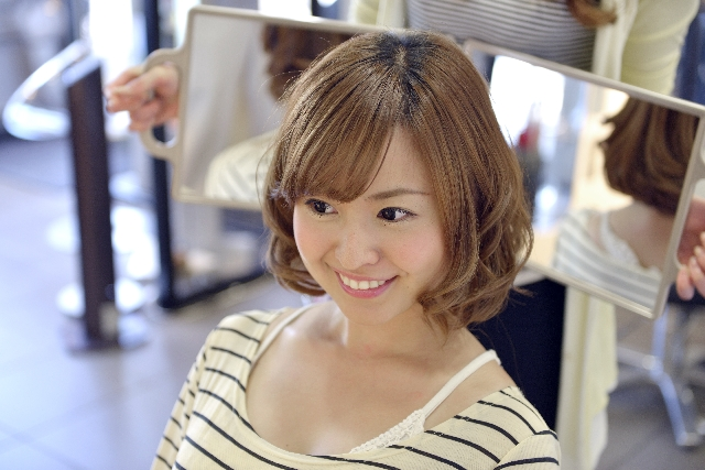 美容院に満足する女性
